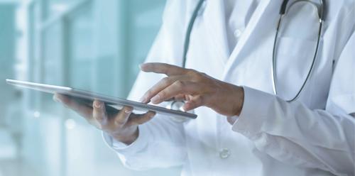 Arzt mit Tablet